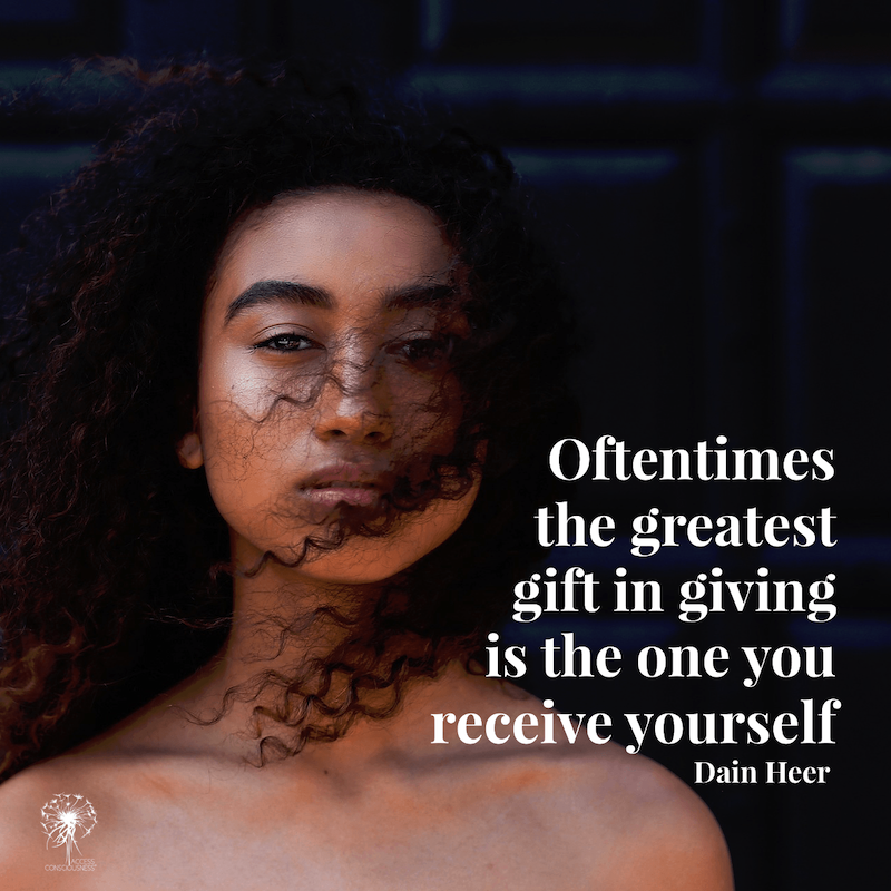 Access Consciousness - Frau mit lockigen Haaren; Zitat: Oftentimes the greatest gift in giving is the one you receive yourself - Dain Heer