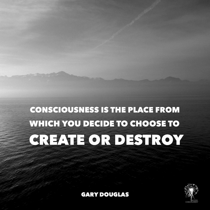 Access Consciousness - Nebelbedecktes Meer mit dem Zitat: Consciousness is the place from which you decide to choose to create or destroy - Gary Douglas